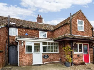 HOLLY COTTAGE, mid-terrace, woodburning stove, pet-friendly, WiFi, in Swaffham,