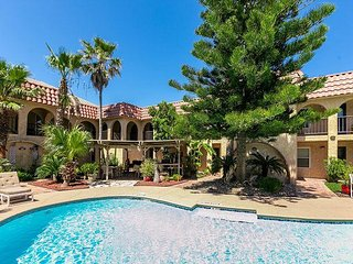 2BR Seahorse Condo w/ Beautiful Pool - Walk to Beach & Restaurants