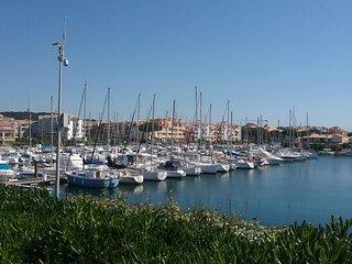 Cap d'Agde studio pas cher . Dernier étage clim parking proche plage  . Calme