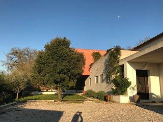 Villa avec piscine et vue panoramique . Jardin arboré