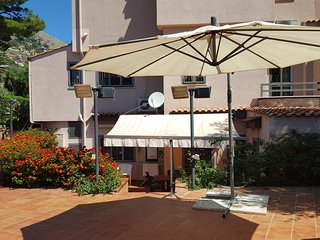 Elegante appartamento a Mondello, situato al piano terra di una villa immersa in