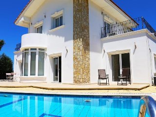 Villa Sunbeams sleeps 6 with 3 bedrooms and 2 bathrooms