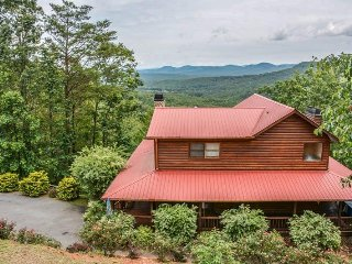 BEAR NECESSITIES- 5BR/3BA- LUXURY CABIN SLEEPS 14, GORGEOUS MOUNTAIN VIEWS