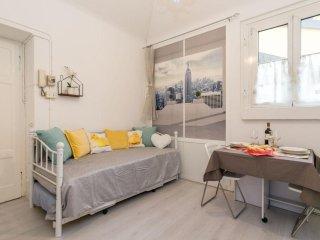 Commenda White Studio apartment in Porta Vittoria with WiFi & lift.