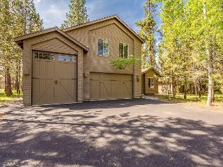 Walk to Deschutes River, Private Hot Tub, Great BBQ Deck Space -Kinglet 28
