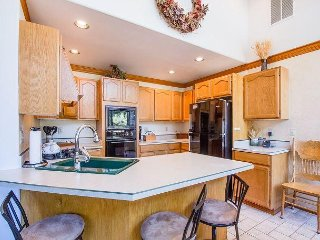 Walk to the River, 7 Adult Bikes, 3 Master Suites, Gas Fireplace -Warbler 12