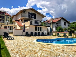 Villa Bianca for 12 people 700m from 'The Palace' of Balchik.