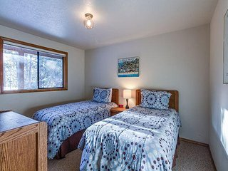 Light and Bright, Bikes, A/C, Large Deck, Quiet Sunriver Setting - Tokatee 32