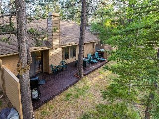 Walk to Woodlands Golf Course, Gas Fireplace, Hot Tub- 10 Nine Iron Lane