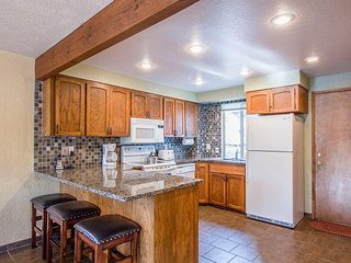 Sunriver Cabin, New Upgrades, Walk to Fort Rock Park w/ Your Family!-Camas 12