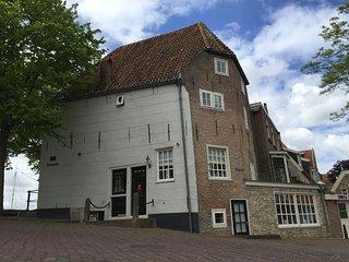 Het Torenhuis, monumentaal voormalig pakhuis in het oude centrum van Medemblik