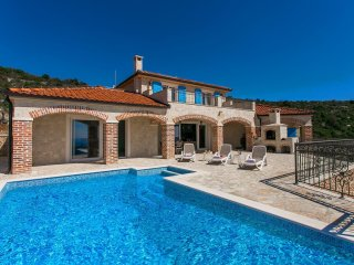 Beautiful Villa Terra with stunning View, BBQ and Overflow Pool