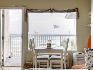 Beachfront studio w/ shared pool & breathtaking views - snowbirds welcome!
