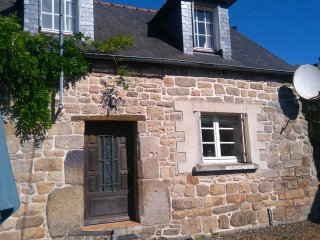 Detached Rustic Breton Cottage Sleeps 5,Tranquil Setting, 45 min from the beach.