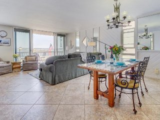 Mission Bay waterfront condo w/ access to the beach, restaurants, Belmont Park