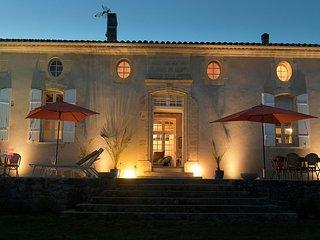 Maison de prestige du 18ème siècle avec vue sur vignoble bordelais et piscine