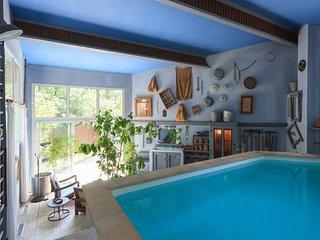 Gite au pied du Mont Ventoux en Provence; piscine interieure  privee chauffee
