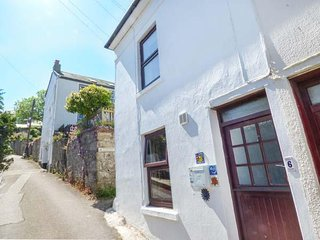 FISHERMAN'S SNUG, cosy, sleeps four, walking, pets welcome, Newlyn, Ref 962078