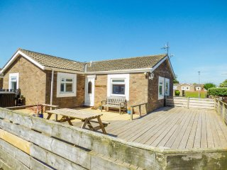 SUNRISE COTTAGE, open plan, patio garden, Beadnell, Ref 958725