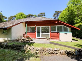 HEULWEN LODGE, sleeps six, open plan, near Amroth, Ref 956983