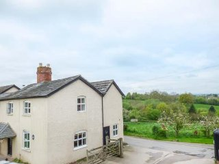 DINEDOR CROSS FARM, set on working farm, character, woodburner, WiFi, king-size