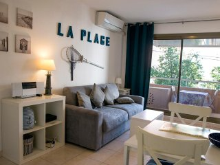 """La Plage"" F2 40 m2 at Port Vauban, near Old Town, A/C wifi, private parking"