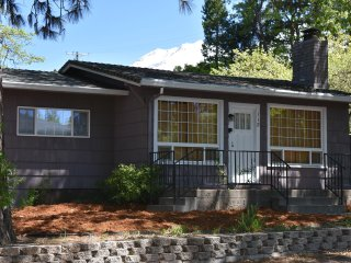 Getaway to Pure Relaxation & Comfort downtown Mount Shasta!