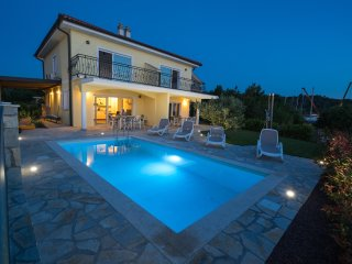 Perfect Villa Direct By The Sea With Pool In Klimno ****