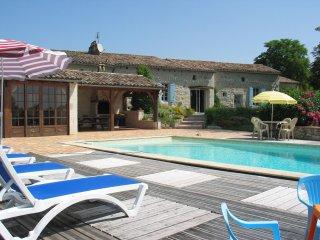 Maison de charme, 11 personnes, piscine privee, calme absolu, tres belle vue