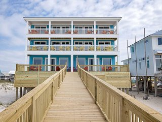 Easy Breezy West ~ 9 BR ~ Gulf Front ~ Sleeps 22 ~ Pool