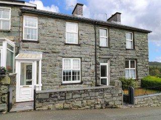 MAES TEGFRYN, sleeps five, private coutyard, Trawsfynydd, Ref 955912