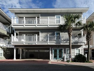'Mare Blu' 3 master bedrooms. Steps to beach! Complimentary beach setup!