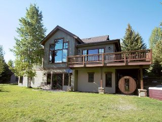 5BR Hillside Estate w/ Private Hot Tub, Sauna & Mountain Views - Near Skiing