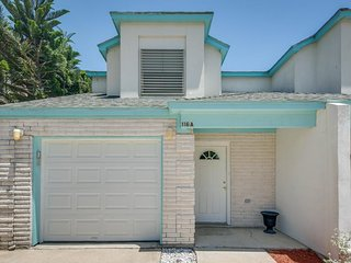 Modern duplex in a great location, 1/4 mile to beach - great for large families!