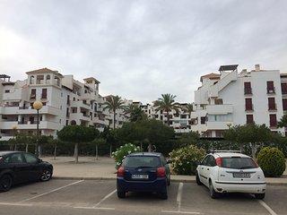 Urbanización desde la carretera. Al otro lado está la playa