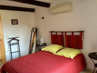 Chambre pourpre lit 140 très confortable