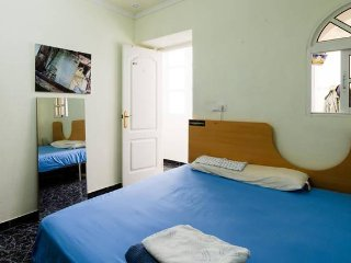 A nice room cheap, double bed in center of Cadiz