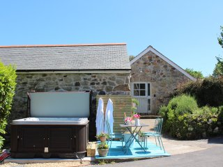 A gorgeous barn conversion with hot tub close to the south coast of Cornwall
