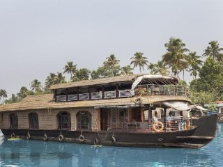 Tastefully done 4-BR houseboat for a group
