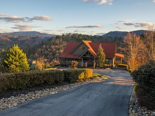 Mountainview getaway w/ spectacular views, game room, pool, & private hot tub