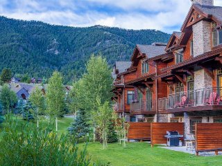 Lodge-style condo with shared hot tub/pool, stylish mountain furnishings!