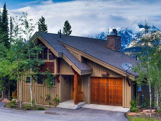 3-story, ski-in/ski-out mountain home w/ hot tub, gas & wood-burning fireplaces