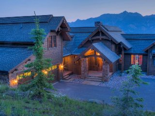 Luxurious ski-in/ski-out hilltop home with hot tub, room for the whole family!