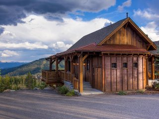 Ski-in/Ski-out lodge with private hot tub & stunning mountain views!
