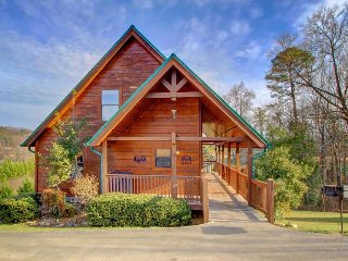 Picturesque family-friendly cabin w/ private hot tub, shared pool