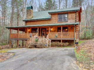 Charming cabin home with private hot tub, Jacuzzi tub, & family friendly style!