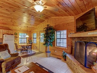 Tasteful, secluded cabin w/ private hot tub, gas fireplace & picturesque views