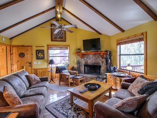 Secluded cabin w/ shared seasonal pool, wood-burning fireplace & stunning views