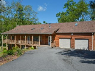 Warm & Inviting 4 Bedroom Log Home in Tranquil community close to Wisp Resort
