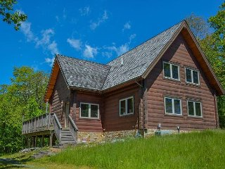 Mountaintop log chalet close to Wisp with hot tub!